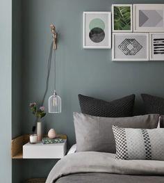 idée quelle couleur avec le gris, mur vert de gris et linge de lit gris et noir, deco murale de cadres, table de nuit petite etagre d angle