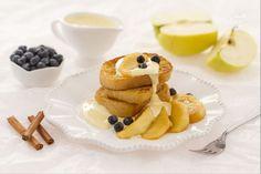 Il pain perdu con mele caramellate è un piatto a base di fette di pane impastellate e tostate nel burro accompagnate da mele caramellate e zabaione.