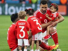 """Die UEFA möchte eine """"saubere EM"""", folglich soll den Stars untersagt werden nach dem Spiel die Kinder auf den Rasen zu holen .."""