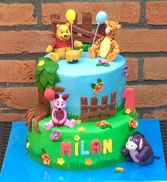 Taart met Winnie de Poeh en zijn vriendjes. Het bijpassende meppertje staat los op de foto. / Winnie the Pooh and friends cake. A matching little smash cake you can see in another picture.    #born to bake  #approved