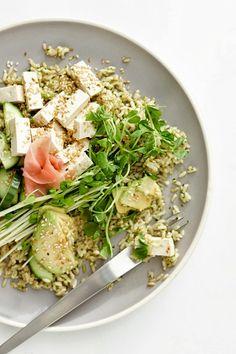 Insalata di riso con tofu, avocado, cetriolo, germogli di pisello, semi di sesamo tostati e salmone affumicato.