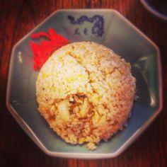 紺野真 @cafe_uguisu  2015年8月17日 世田谷線松原駅前にある幸竜さん。一見よくある街の中華屋さんの佇まいなんですが、いつも地元のお客様方で賑わっています。この炒飯もシンプルですがとても美味。パラパラというより、少しふっくらしているのが特徴。たまに無性に食べたくなるのです。