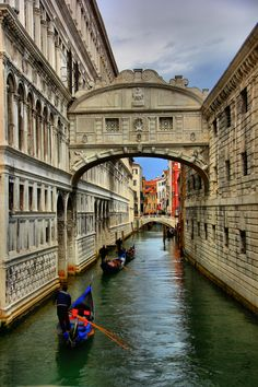 The Bridge of Sighs, Doges Palace, Venice. Named as such because this connected the courts with the prison, and was often the last glimpse of sunlight a prisoner would see. Wonderful Places, Great Places, Places To See, Beautiful Places, Venice Travel, Italy Travel, Long Week-end, Italy Destinations, Doge
