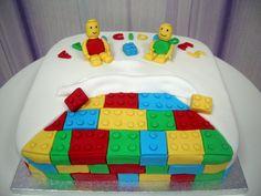 Tarta #LEGO, bizcocho de chicle con relleno de mermelada de fresa con buttercream de chicle.