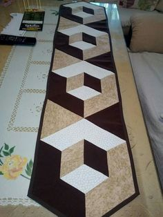 New crochet table runner free pattern tutorials mug rugs ideas Quilted Table Runners Christmas, Patchwork Table Runner, Table Runner And Placemats, Crochet Table Runner, Table Runner Pattern, Quilting Projects, Quilting Designs, Quilting Tutorials, Small Quilts