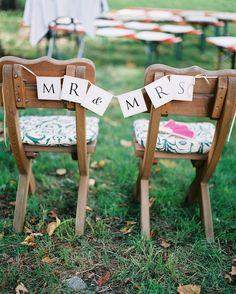 Stuhldekoration mit Mr und Mrs Schild Boho Hochzeit im Freien von Katja Scherle Festtagsfotografien | Hochzeitsblog - The Little Wedding Corner