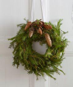 Åh det är ju exakt så här man vill ha det till jul. Men så tar det röda och glittriga över på något underligt sätt. Men drömma går ju, om den totalt avskalade skandinaviska julen i grönt och lite vitt.