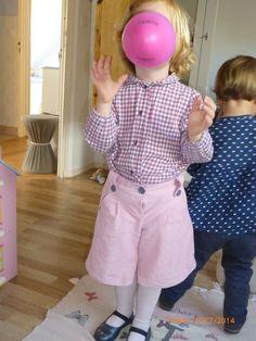 Short rallongé, modèle Ella, de Papillon et Mandarine, en velours milleraies rose pâle, avec une chemise petit coton écossais gris-rose.