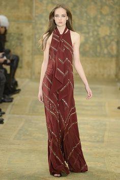 """Unter dem Motto """"Marrakech meets Chelsea"""" zeigte die New Yorker Modemilliardärin Tory Burch ihre Models durchweg in schlanken Kleidern mit 70er-Jahre-Silhouette. Besonders schön waren die fließenden langen Kleider mit schräg aufgenähten goldenen Pailletten - eine Art aktualisierter Bauchtanz-Look."""