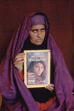 Sharbat Gula Steve McCurry / Większość z nich oblewa jednak wstępny test, nie potrafi podać nazwiska nauczyciela ze szkoły w obozie uchodźców. Test przechodzi jedna kobieta Alam Bibi. Po porównaniu wyglądu okazuje się jednak, że to nie ona. Jednak w  jej wsi rodzinnej odnajduje się mężczyzna twierdzący, że też był w obozie Nasir Bagh i tam poznał dziewczynkę ze zdjęcia, że nazywa się ona Sharbat Gula i obecnie mieszka w jednej z wiosek w okolicach masywu Tora Bora.