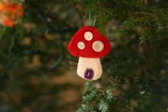 have the boys sew on buttons for these (next year).  plus i love toadstools.