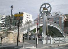 Le pont de la rue de Crimée, dernier pont levant de Paris et la passerelle de Flandres … à droite le bassin de la Villette et à gauche du pont commence le canal de l'Ourcq