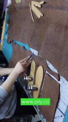 DIY leather flip flop DIY leather shoes Diy Leather Projects, Leather Diy Crafts, Leather Bags Handmade, Leather Craft, Make Your Own Shoes, How To Make Shoes, Diy Leather Flip Flops, Leather Bag Tutorial, Leather Slippers For Men