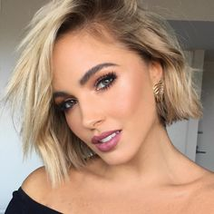 Make me pretty Bobs look great on women with hair. These bob hairstyles for thick hair are cute and bouncy, perfect for amplifying your mane without looking too bulky. Edgy Short Haircuts, Angled Bob Haircuts, Bob Hairstyles For Thick, Pretty Hairstyles, Short Hair Cuts, Bobs For Thin Hair, Thick Hair, Trending Hairstyles, Hair Trends