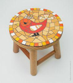 Banquinho Passarinho Laranja, de Adri Smythe –em madeira com trabalho em mosaico.