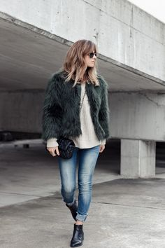 Faux fur jacket, with knitted sweater and jeans, cross body bag, chelsea Vagabond booties. No complications. Blonde girl.  Links with my fav sweaters and booties on the blog.  Fashion blog, street style, street-style, fblogger, fashionblogger.  DESIRES-FAUX-FUR-JACKET-GANNI-KNITTED-SWEATER-LOOK 60-SAMIVIDA-03