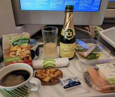Flying a short-haul flight on business class is usually not a memorable experience, at least inside Europe. Finnair HEL-LHR is one of the rare exceptions. Blueberry Fruit, Different Wines, Breakfast Of Champions, Breakfast Options, British Airways, Business Class, London Travel, Travel Couple