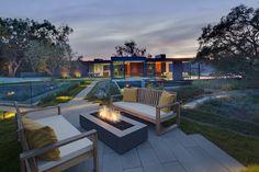 カリフォルニア州ビバリーヒルズにあるガラス張りのモダンな邸宅。映画「イージー・ライダー」や「ハーツ・アンド・マインズ」などをプロデュースしたバート・シュナイダー氏が住んでいたこともある。母屋とゲスト棟の2棟で構成。オークの木のそばに設置された長さ約23メートルのプールが魅力。