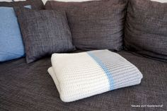 Sofadecke stricken Anleitung einfach kostenlos You are in the right place about baby decke sitricken Big Knit Blanket, Sofa Blanket, Throw Pillows, Cool Patterns, Knitting Patterns, Jumbo Yarn, I Cord, Big Knits, Knit Pillow