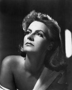 Greta Garbo  Mit den schmalen Brauen, akzentuierten Augen, markanten Wangenknochen und den im Kontrast dazu eher unbetonten Lippen, schuf die Schwedin Greta Garbo einen unvergleichlichen Look. Ihr Stil wurde zu einem Schönheitsideal der 1920er und -30er Jahre, dem unzählige Schauspielerinnen in der Hoffnung auf ähnlichen Erfolg nacheiferten.