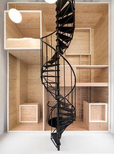 """坂井直樹の""""デザインの深読み"""": 美しい年代物の螺旋階段と、切り出した無垢な木材の色、そして木材の木口に塗装された控えめな白、それだけのデザイン要素でミニマムな居住空間をデザインした。「デ・バイエンコルフ・レジデンス・プログラム」"""