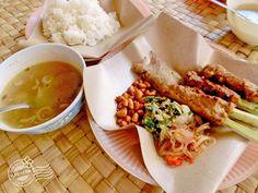 2018年7月25日(水)バリ島ウブドのお天気は晴れ。室内温度26.2℃、湿度69%。今日のランチはサテイカンとスープ!たっぷりのサンバルマタを添えて。辛い!だけどウマい😋お魚料理で有名なジンバランもいいけど、東部エリアには穴場がいっぱい~♪ #今日も良い日になりますように #バリ島 #ウブド #ランチ #魚料理