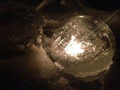 Probeerde een Pin over reuzenknikkers van bevroren water in ballonnen, maar was niet geduldig genoeg en kreeg een holle knikker. Prachtig met een waxinelichtje, maar ik betwijfel of het me nog eens lukt...