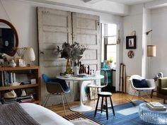 odnowione drzwi stanowią unikalną dekorację tego małego mieszkania