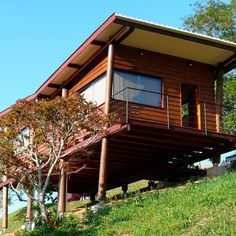 Tiny Cabin on Stilts in Brazil called Casa Em Guararema by Cabana Arquitetos 0011 Wooden House Plans, Wooden House Design, Small Wooden House, Small House Plans, Bungalow Haus Design, Small Bungalow, Tiny Cabins, Tiny House Cabin, Style At Home