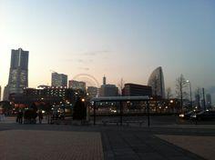 「横浜夕暮れ」 東京に来たら、お隣りの横浜に是非お訪ねしたいものですね!夕暮れから夜景まで昼間と違う姿を見せてくれる、なんとも言えない港の風情はロマンチック~  来到東京一定要探訪的地方:那就是横浜喔。她従黄昏到夜景所呈現的風貌和白天完全不同、非常羅漫蒂克的喔~
