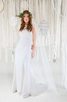 mona berg Kollektion 2017, Marina. Dieses Kleid ist ein absoluter Hingucker mit der romantischen Kurbelspitze im Ausschnitt und der figurbetonten Fishtail-Linie. Die edle Schleppe ist ein weiteres Highlight.