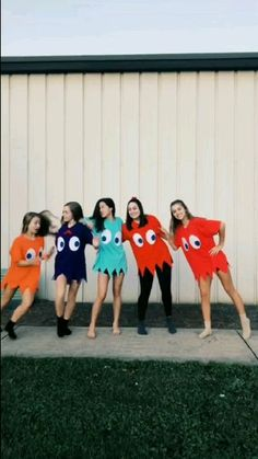 10 Ways to the Most Stylish Halloween Costume Ever Group Halloween Costumes For Adults, Funny Group Halloween Costumes, Cute Costumes, Halloween Outfits, Ideas For Halloween Costumes, Bff Costume Ideas, Costumes For 3 People, Disney Group Costumes, Vsco Girl Halloween Costume