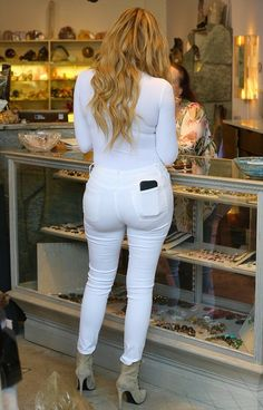 Best 10 Khloe Kardashian shops for crystals in skin-tight bodysuit and jeans Estilo Khloe Kardashian, Khloe Kardashian Photos, Sexy Jeans, Skinny Jeans, Bodysuit And Jeans, Tights Outfit, Skin Tight, Girls Jeans, Crystals