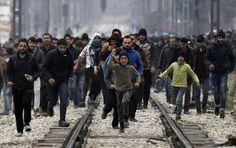 Hunderte Flüchtlinge auf dem Weg von Idomeni an die Grenze nach Mazedonien.