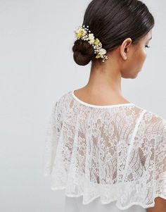 Brautfrisur: Dutt mit Blumen-Haarband