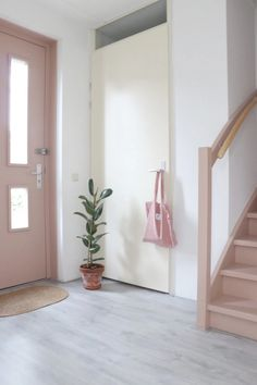 Make over: roze trap en deur in de kleur Skin Powder - Stijlinge - DIY Entryway Stairs, House Stairs, Room Inspiration, Interior Inspiration, Deco Rose, Lets Stay Home, Cottage Exterior, Interior Stairs, Other Rooms