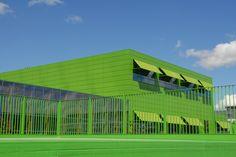 School de Kikker, Amsterdam  Uitval zonneschermen met groen gemoffeld frame. Somfy besturing. Zonwering Westland Projecten. www.zwprojecten.nl