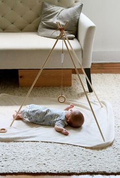 diy baby DIY baby gym - its so unnecessary to buy those god awful play gyms you see at the store. Dash and I made our own and modified it monthly as Sentrys development needs changed. This simple tripod is great to start out with, at around 5 weeks. Diy Baby Gym, Reading My Tea Leaves, Make Your Own, Make It Yourself, Diy Bebe, Baby Mobile, Play Gym, Montessori Baby, After Baby