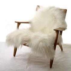 La One Moumoute est réputée pour sadouceur, sonmoelleuxet son aspect duveteuxetébouriffé.A la maison, il y a plein d'endroits pour l' utiliser: sur un fauteuil ou une chaise de bureau, sur une banquette ou un canapé, sur un banc en bois dans la salle à manger ou sur le lit des grands ou des enfants,et aussi au sol comme un tapis, une descente de lit, dans la chambre ou ailleurs... c'est super doux et ils adorent...La One Moumoute possède despropriétés thermo régulatricesinégalées :... Black And White Furniture, Chalet Style, Wishbone Chair, Decorative Objects, Robert Clergerie, Armchair, Fashion Accessories, Comforters, House Design