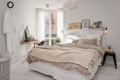 Neutrals. Bedroom in white, off-white and beige. Via coffee stained cashmere