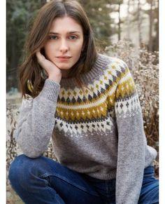 VARDE damegenser i grått/gult. Garnpakke i Finullgarn fra Rauma Garn. Pullover Design, Sweater Design, Icelandic Sweaters, Knit Fashion, Knitted Bags, Knitting Designs, Knit Patterns, Knit Crochet, Knitwear