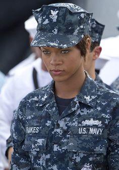 【画像】『バトルシップ』の役作りのためリアーナを訓練した元海軍将校が絶賛