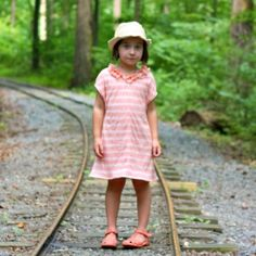 Make this sweet  simple knit dress with ruffled collar for a comfortable but fancy little girl dress.