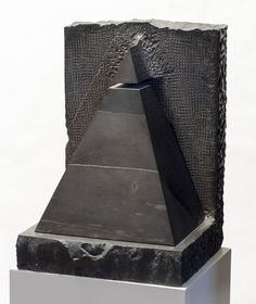 "Se encuentra en el hall del Hotel del Arte, Sitges. Datos: ""Pináculo"", 1994 