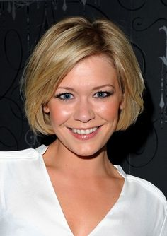 Suzanne Shaw Bob Hairstyle - Cute Celebrity Hairstyle for Oval Face Shapes Bob Haircuts For Women, Short Layered Haircuts, Layered Bob Hairstyles, Popular Haircuts, Short Bobs, Short Wavy, Pixie Haircuts, Short Curls, Short Blonde