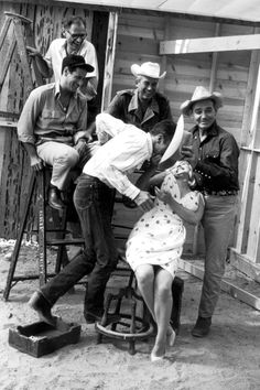 The Misfits, Reno, Nevada, 1960. All around Marilyn Monroe : Montgomery Clift, Eli Wallach, Arthur Miller, John Huston & Clark Gable.