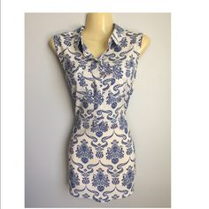 Ann Taylor sleeveless top Size medium, button down, 2 front pockets. Poly. Ann Taylor Tops Button Down Shirts