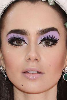 Close-up of Lily Collins at the 2019 Met Gala. Close-up of Lily Collins at the 2019 Met Gala. 1960s Makeup, Retro Makeup, Vintage Eye Makeup, Disco Makeup, 70s Makeup Look, Mod Makeup, Twiggy Makeup, Teen Makeup, Makeup Geek