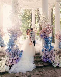 Кто еще не видел это фото?✨🌙 Сумасшедшей красоты свадьба прошла в минувшие дни! Нам удалось подсветить это волшебное мероприятие и стать частью крутой и сильной команды! 💡 ____________ Поженились и буду жить долго и счастливо @iamluna и @chebanov Организация @kramars.wed Декор и флористика @flowerslovers.ru Площадка @usadbasukhanovo Фотограф @zhenyaswan