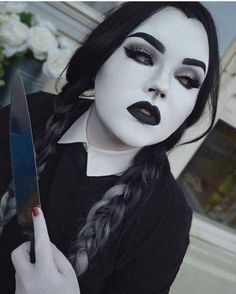 24 Halloween Make-up Ideen die gruselig gruselig und teuflisch sind Halloween Makeup Looks, Halloween Looks, Gothic Halloween Costumes, Goth Beauty, Dark Beauty, Wednesday Addams Makeup, Wednesday Addams Cosplay, Goth Make Up, Lush Wigs